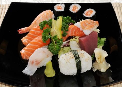 MENÙ PER PRANZO D - 3 Hosomaki 4 Nigiri 3 Sashimi 1 riso, insalata