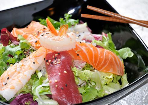 Sashimi salad filetti di pesce crudo su letto di insalata mista