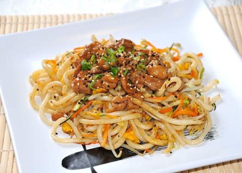 spaghetti udon pollo spaghetti di grano tenero con pollo in salsa