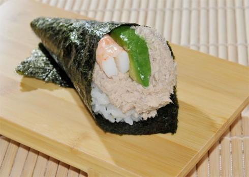 California temaki - Cono di alga con riso, salsa di tonno e avocado
