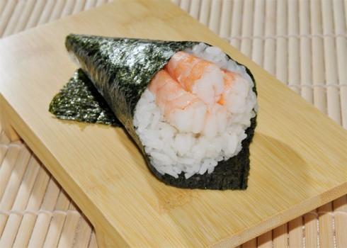 Ebi temaki - Cono di alga con riso e gamberi cotti*