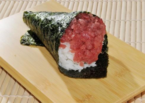 Negitoro temaki - Cono di alga con riso, tonno, cipollotti e salsa piccante
