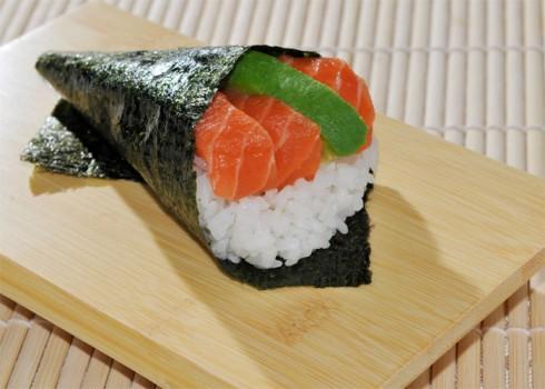 Sake temaki - Cono di alga con riso, salmone e avocado