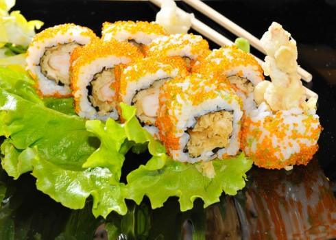 TEMPURA URAMAKI - Riso, tempura e tobiko