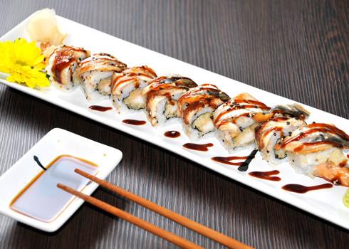 unagi rainbow riso e tempura di pesce anguilla e salsa